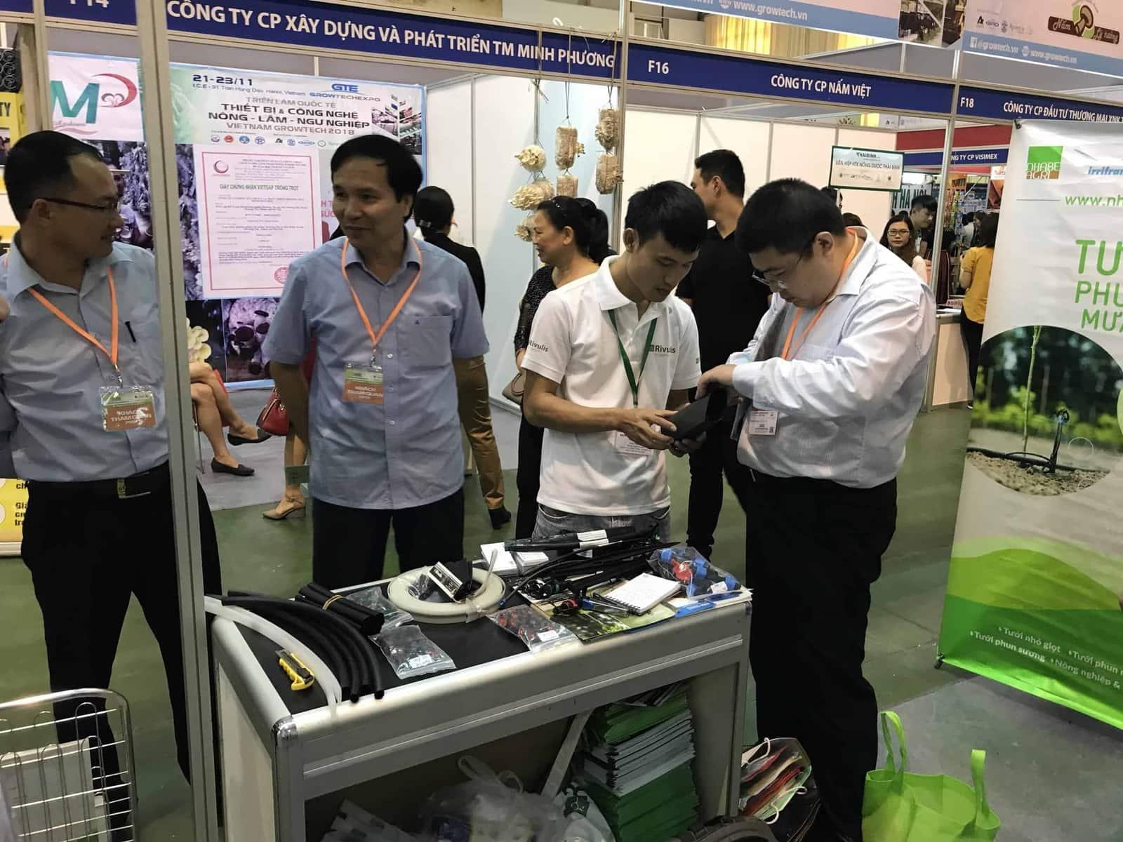 Tư vấn khách hàng tại triển lãm Growtech Hà Nội 2018