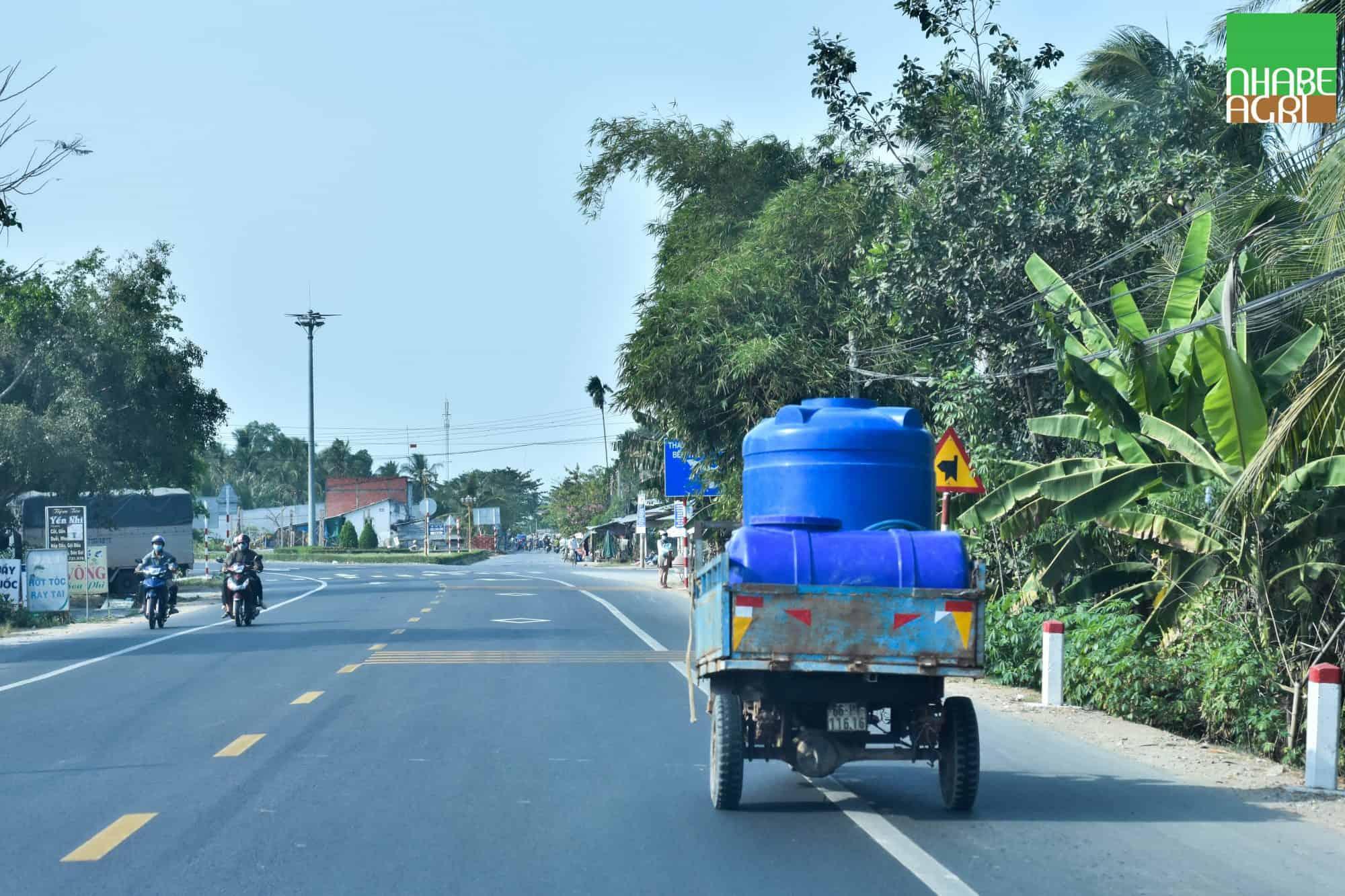 Nông dân phải mua nước ngọt để tưới cây chống lại hạn mặn